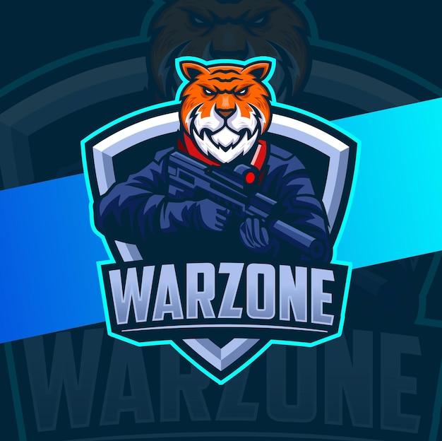 Warzone tiger-charakter-maskottchen-design mit waffe und kriegsposition für spiel- und sportlogo