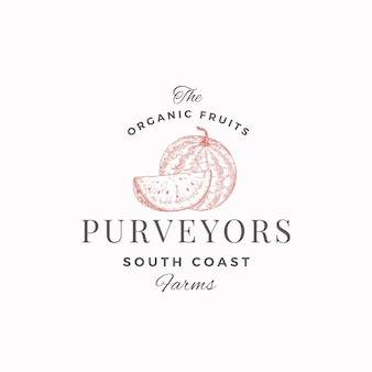 Wassermelone südfarm logo vorlage. handgezeichnete skizzenfrucht mit einer scheibe und hochwertiger moderner typografie