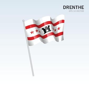 Wehende flagge der provinzen drenthe in den niederlanden auf grauem hintergrund isoliert