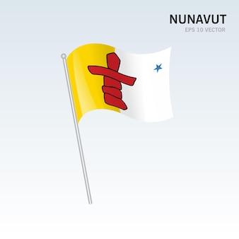Wehende flagge der provinzen nunavut in kanada auf grauem hintergrund isoliert