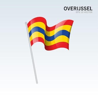 Wehende flagge der provinzen overijssel der niederlande isoliert auf grauem hintergrund
