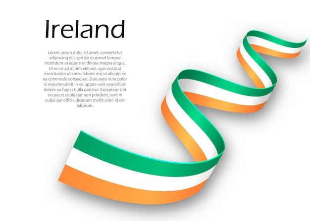 Wehendes band oder banner mit flagge von irland. vorlage für posterdesign zum unabhängigkeitstag