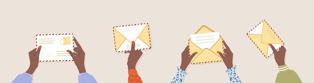 Weibliche afrikanische hände, die umschläge halten. korrespondenz- und postzustellungskonzept.