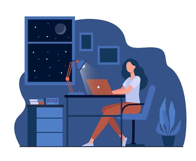 Weibliche designerin, die spät in der flachen raumillustration arbeitet. karikaturstudent, der laptop-computer nachts benutzt und am schreibtisch sitzt