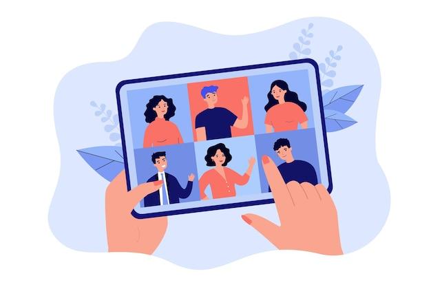 Weibliche hand, die tablette mit gruppenvideoanruf lokalisierte flache illustration hält