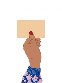 Weibliche hand mit einer schönen maniküre und hellen bluse mit blumen hält ein schild.