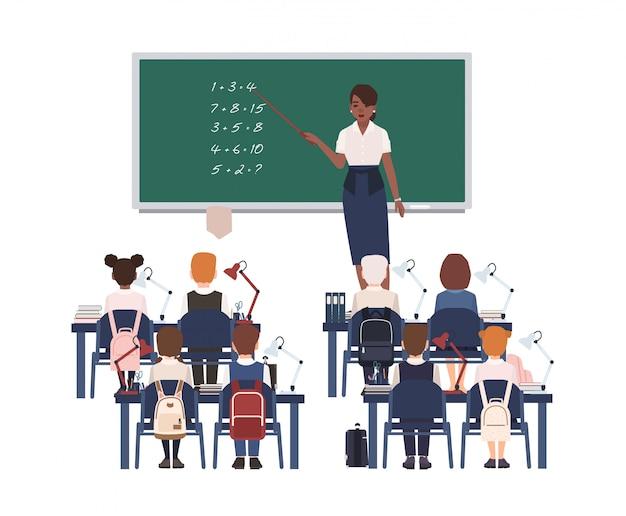 Weibliche mathematiklehrerin, die grundschulkindern oder schülern die summierung erklärt.