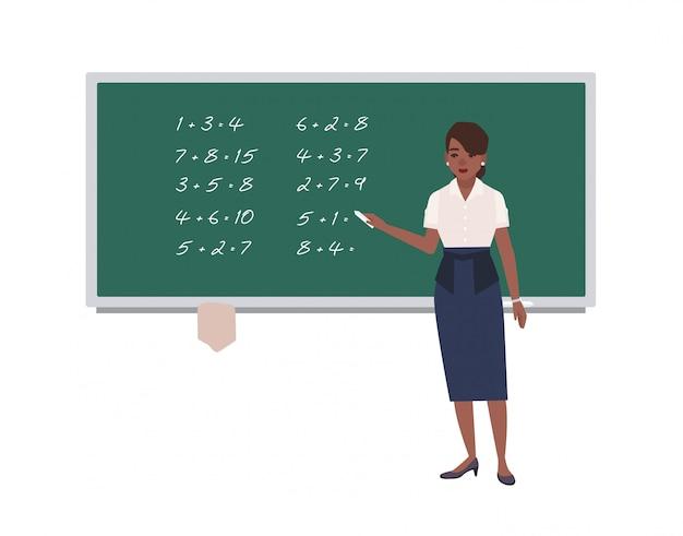 Weibliche mathematiklehrerin, die mathematische ausdrücke auf grüne tafel schreibt. glückliche afroamerikanerfrau, die mathematik unterrichtet. zeichentrickfigur lokalisiert auf weißem hintergrund. illustration