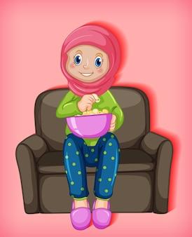 Weibliche muslimische karikatur, die popcorns isst, die auf sofa sitzen