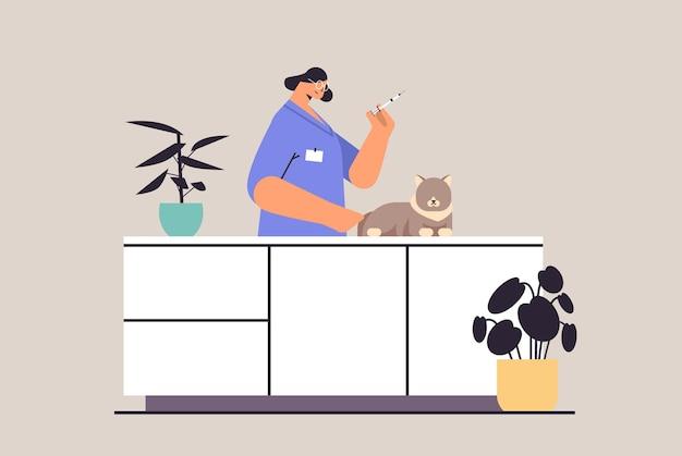 Weibliche tierärztin, die der katze in der tierklinik einen impfstoff gegen das konzept der horizontalen porträtvektorillustration gibt