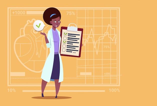 Weiblicher afroamerikaner-doktor holding clipboard mit analyse-ergebnissen und diagnose-medizinischem klinikarbeitskraft-krankenhaus