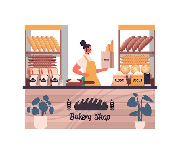 Weiblicher bäcker, der tasche mit baguettesfrau in der uniform hält, die frische backwaren im backwarenporträt lokalisierte vektorillustration verkauft