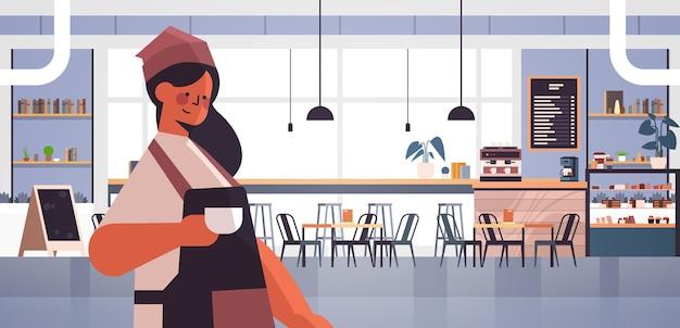 Weiblicher barista in der uniform, die in der kaffeehauskellnerin in der schürze dient, die kaffee moderne kaffeeinnenraum horizontale porträtvektorillustration dient