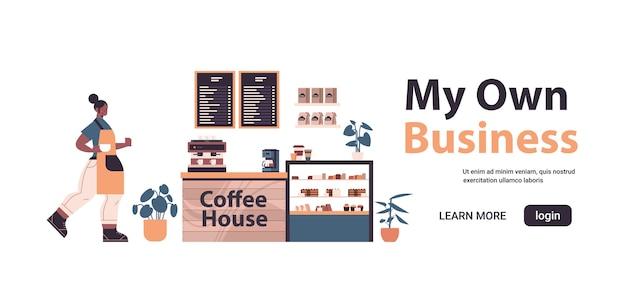 Weiblicher barista in der uniform, die in modernem kaffeehaus mein eigenes geschäftskonzept arbeitet, isolierte horizontale vektorillustration des kopienraums in voller länge