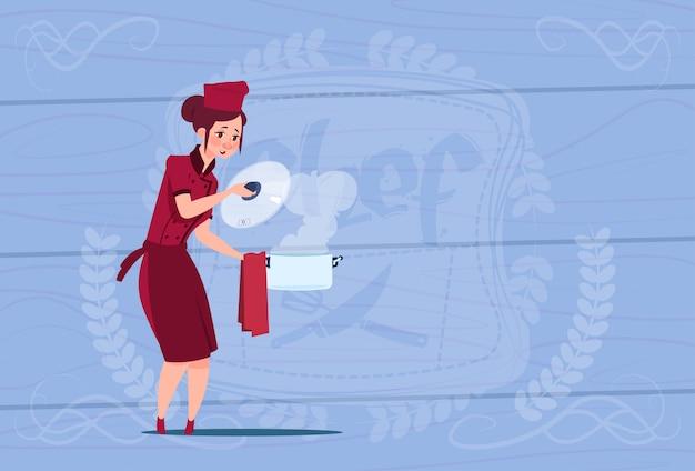 Weiblicher chef-koch holding pot cartoon-chef in der restaurant-uniform über hölzernem strukturiertem hintergrund