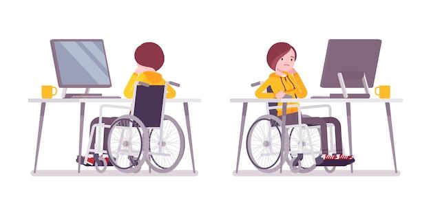Weiblicher junger rollstuhlfahrer, der mit computer arbeitet