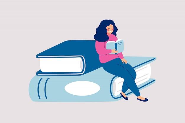 Weiblicher leser sitzt auf stapel der riesigen bücher und liest.