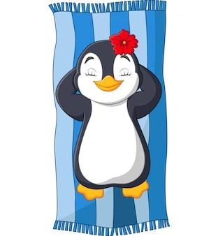 Weiblicher pinguin der karikatur, der auf dem strand ein sonnenbad nimmt