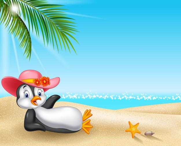 Weiblicher pinguin der karikatur, der auf dem strand sich entspannt
