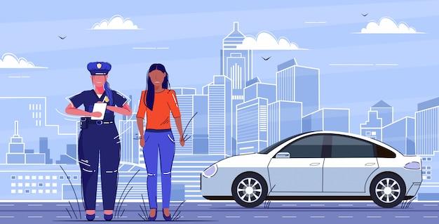 Weiblicher polizist, der bericht schreibt, der geldstrafe oder geschwindigkeitsüberschreitung für trauriges afroamerikanisches weibliches fahrer-straßenverkehrssicherheitsvorschriftenkonzept flaches stadtbild in voller länge schreibt