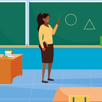 Weibliches schwarzes des lehrers im klassenzimmer mit tafel