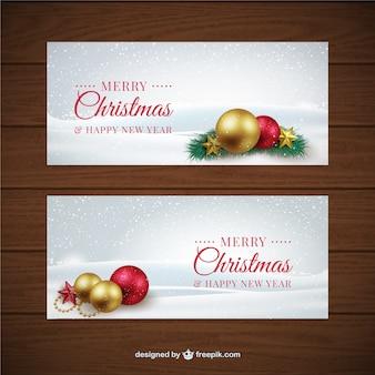 Weihnachten banner mit dekorativen kugeln in realistischen stil