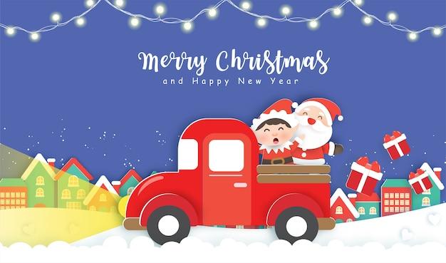 Weihnachten mit niedlichem weihnachtsmann und elf, die auf einem roten auto im schneedorf stehen.