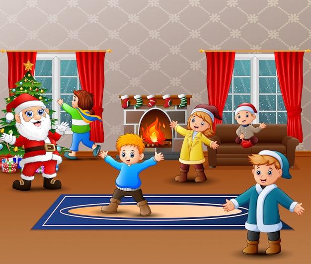 Weihnachten mit weihnachtsmann und einigen kindern feiern