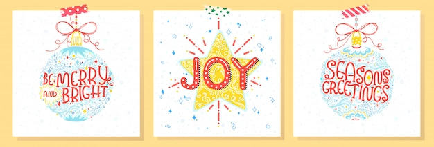 Weihnachts- und neujahrstypografie. satz von feiertagskarten mit grüßen, weihnachtskugeln, schneeflocken und sternen. jahreszeitgrüße