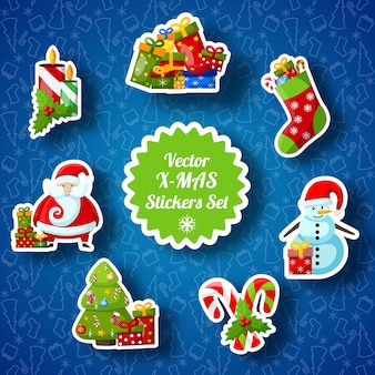 Weihnachtsaufkleber mit papiersocke, weihnachtsmann, tanne, süßigkeiten, schneemann, geschenken und kerzen