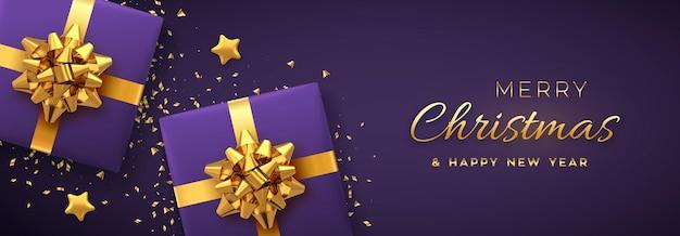 Weihnachtsbanner. realistische lila geschenkboxen mit goldener schleife, goldenen sternen und glitzerkonfetti. weihnachtshintergrund, horizontales weihnachtsplakat, grußkarten, header-website. vektor-illustration.