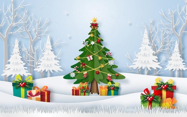 Weihnachtsbaum im wald mit geschenken
