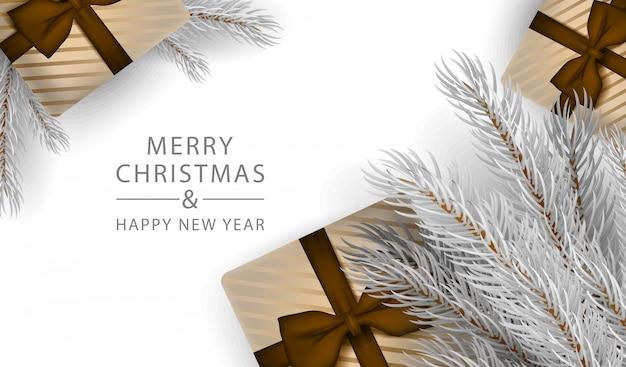 Weihnachtsbaum in der realistischen art mit weißer dekorationsbaum- und -geschenkboxfahne