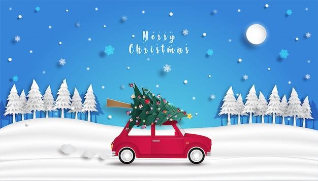 Weihnachtsbaum ist auf dem roten auto und dem design des origami- oder papierausschnitthintergrundes