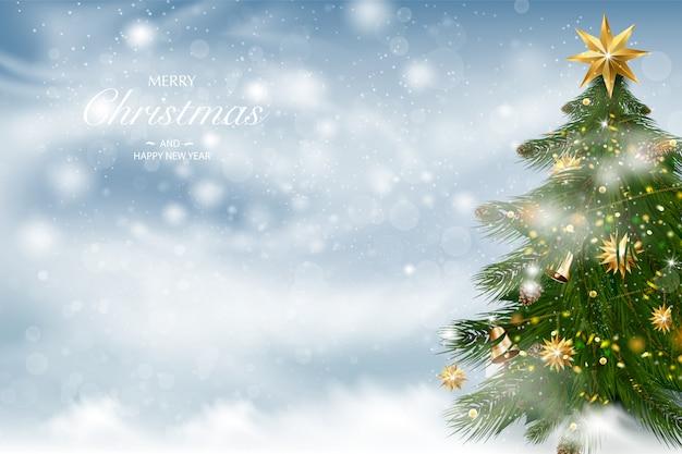Weihnachtsbaum mit weihnachtsschmuck. winterlandschaftshintergrund mit fallendem schnee.
