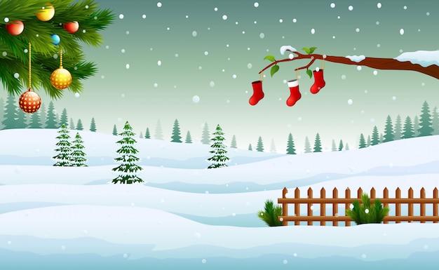 Weihnachtsbaumverzierung mit einem hintergrund der schneebedeckten fichte