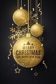 Weihnachtsdekorationen von glitzernden goldenen hängenden kugeln mit beschriftung.