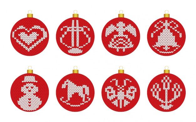Weihnachtsdekorationsbälle mit gestrickter beschaffenheit in der skandinavischen art auf weißem hintergrund.