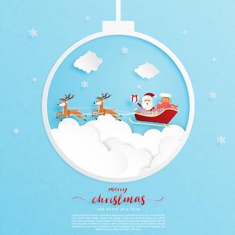 Weihnachtsfeierplakat in papierschnittart. papierkunst ließ santa claus und ren über das cloudscape fliegen.
