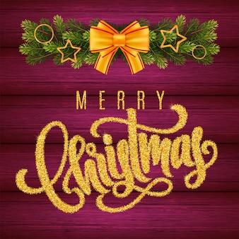 Weihnachtsgeschenkkarte mit goldener handbeschriftung frohe weihnachten und tannenbaumzweige auf holzhintergrund