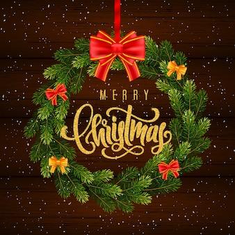 Weihnachtsgeschenkkarte mit goldener handbeschriftung frohe weihnachten und weihnachtskugeln, kranz auf holzhintergrund