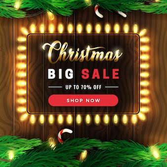 Weihnachtsgroße verkaufsfahne, weihnachtsfunkelnde lichtgirlande mit kiefernniederlassungen auf holz