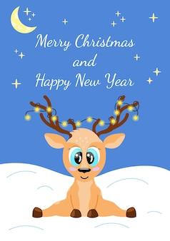 Weihnachtsgrußkarte netter cartoon-hirsch mit leuchtender girlande auf hörnern, die auf schnee sitzen und lächeln