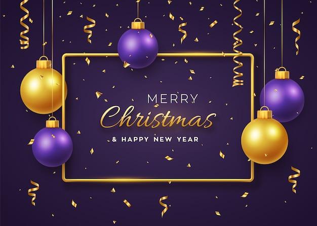 Weihnachtshintergrund mit hängenden glänzenden goldenen und lila kugeln und goldmetallrahmen
