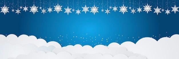 Weihnachtshintergrund mit hängenden schneeflockenverzierungen, fallendem schnee und weißer wolke auf blauem hintergrund