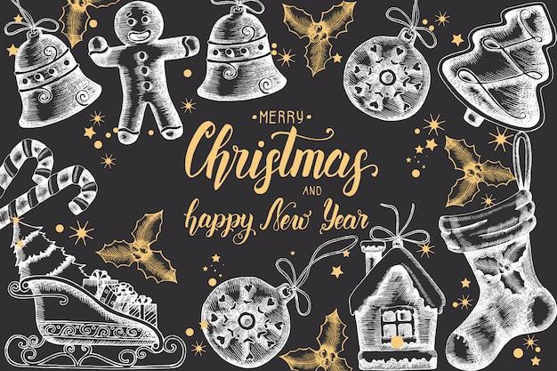 Weihnachtshintergrund mit hand gezeichneter goldener gekritzelstechpalme, glocken, lebkuchen, pferdeschlitten und weihnachtssocke