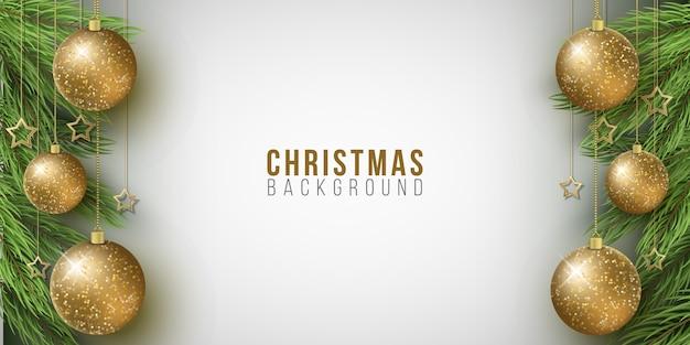 Weihnachtshintergrund mit tannenbaum, glitzernden kugeln und goldenen sternen auf einem hellen hintergrund.