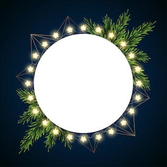 Weihnachtshintergrund mit tannenzweigen auf dunklem hintergrund