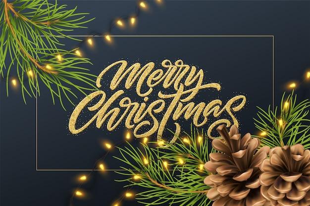 Weihnachtshintergrund mit tannenzweigen und kegel, leuchtender girlande und goldener glitzerinschrift frohe weihnachten.
