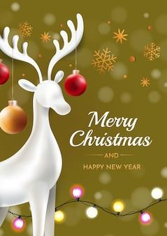 Weihnachtshirsch mit weihnachtskugeln auf einem grünen hintergrund. glückwunsch weihnachtskarte.